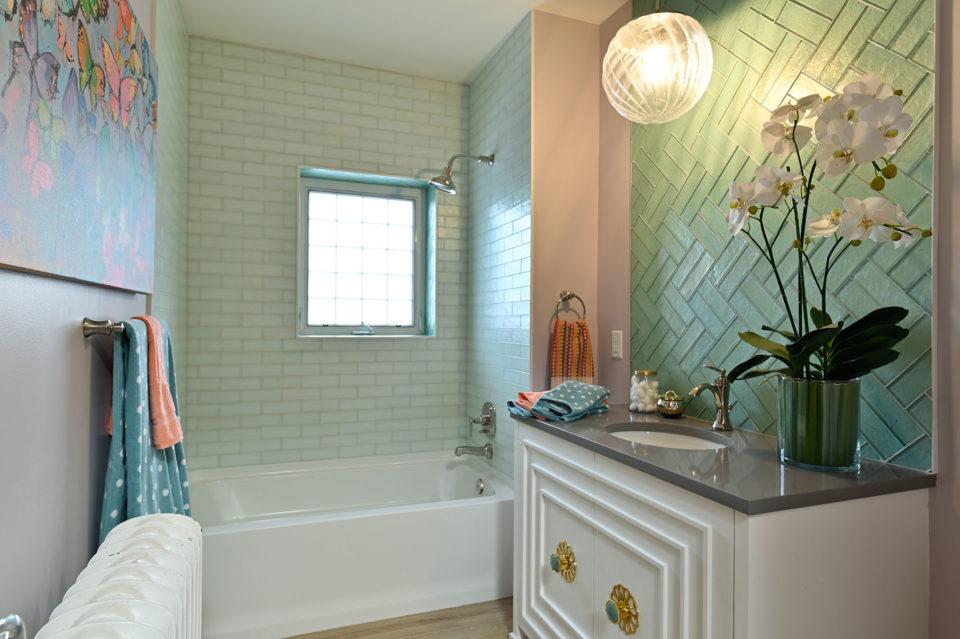 Bargain mansions guest bathroom